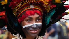 young girl black face big headress (kthustler) Tags: goroka singsing papuanewguinea tribes huliwigmen mudmen