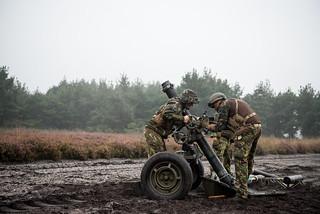 Artillerie traint met helikopters