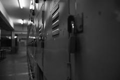 DSC_0051 (medeirosisabel16) Tags: guaratingueta etec school escola peb bw preto branco black white corredor hall cadeado padlock armário wardrobe
