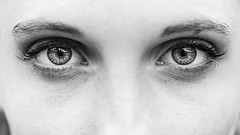 Dans les yeux d'Alice (liofoto) Tags: canon eos6d sigma105mmmacro noiretblanc blackandwhite monochrome girl woman beautiful beautifulgirl yeux eyes regard face closeup