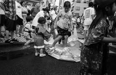 深川祭2017・2 (Fukagawa festival 02) (Dinasty_Oomae) Tags: leicaiiia leica3a leica ライカiiia ライカ3a ライカ 白黒写真 白黒 monochrome blackandwhite blackwhite bw outdoor 東京都 東京 tokyo street 祭 festival 深川祭 fukagawafestival 江東区 kotoku 永代 eitai 深川 fukagawa 水 water