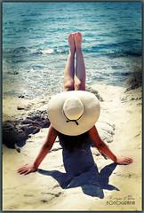 La vida es aquello que te va sucediendo - Amparo García Iglesias (Amparo Garcia Iglesias) Tags: momentos verano sol agua mar azul modelo laura garcia fotos photos amparo iglesias arena roca