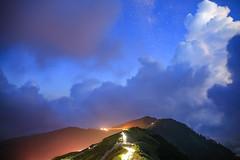 合歡山初現的銀河與雷雨雲(Mt.Hehuan stars and thunder clouds)。 (Charlie 李) Tags: 光 雷雨區 雨雲 仁愛鄉 台灣 南投縣 合歡山 taiwan natoucounty mountain milkyway clouds stars mthehuan