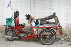 catching 40 winks (the foreign photographer - ฝรั่งถ่) Tags: man sleeping motorcycle cart flag soi phahoyolthin 63 bangkhen bangkok thailand canon kiss