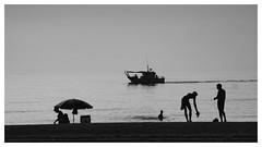 Bañistas (Costero2010) Tags: barca pesquero mediterráneo arena playa sombrilla