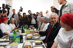 TARIS ENTEGRE UZUM ISLETMELERINI ZIYARET (FOTO 1/2) (Kişisel Photoblog) Tags: siyaset sol sosyal sosyaldemokrasi chp cumhuriyet kilicdaroglu kemal ankara politika turkey turkiye tbmm meclis manisa alasehir uzum ozgur ozel taris tarim isciler yemek