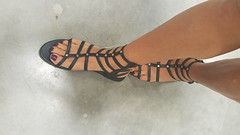 Toni (IPMT) Tags: toenail sexy toes nailpolish gladiador stuart polish plum sandal pedicure painted toenails pedi sandalia gladiator grape weitzman uva violet purple violeta morado zoya descalza cream crème raisinwine toni