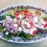 Gemischter Griechischer Salat mit Paprika, Schafskäse, Oliven, Tomaten, Gurken und Zwiebeln thumbnail