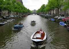Amsterdam-May'17 (117) (Silvia Inacio) Tags: holland holanda thenetherlands amsterdam amesterdão canal boat barco tree árvore