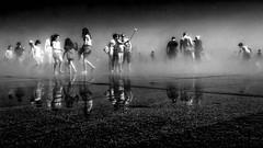 Miroir d'eau Bordeaux. un lieu où il faut être vu. (francis_bellin) Tags: miroirdeau aout 2017 noiretblanc eau chaleur rafraichissant brume bordeaux foule