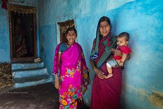 PATTADAKALL : PORTRAIT DE FEMMES ET D'UN ENFANT EN BLEU NO.2