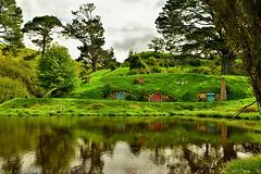 The perfect spot of the village (T Ξ Ξ J Ξ) Tags: newzealand hobbiton hobbitonmovieset matamata d750 nikkor teeje nikon2470mmf28 lbwarmingcpl hobbit house hole home lake green hill spot village
