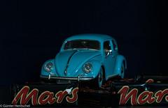 VW Beetle on Mars, he runs and runs and runs ... (Günter Hentschel) Tags: vw käfer beetle vwbeetle vwkäfer 118 modellauto modellcar modell fotomodell auto car mars schokoriegel marsschokoriegel verrücktebilder verrückt dieanderenbilder nikon nikond5500 d5500 blau rot lecker lebensmittel deutschland germany germania alemania allemagne europa nrw hentschel flickr indoor