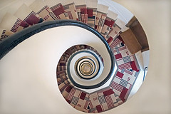 Cage d'escalier de 1929 (Paris) (dalbera) Tags: dalbera immeuble paris france malletstevens escalier spirale émauxdebriare artdéco cagedescalier