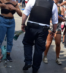 DSC_2790a Notting Hill Caribbean Carnival London Aug 28 2017 Police Constable and Girl Undressing in Black Bra (photographer695) Tags: notting hill caribbean carnival london exotic colourful costume showgirl performer aug 28 2017 stunning ladies police constable girl undressing black bra