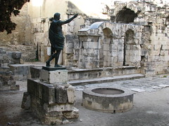 La porte Auguste (Scratina) Tags: gard nîmes antiquité vestiges statues