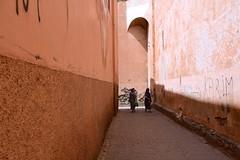 Marocco- Marrakech (venturidonatella) Tags: africa marocco morocco marrakech street streetscene streetlife luce light emozioni gentes people persone donne women prospettiva arco arch muro wall