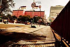 Liberdade, Rua Gauvão Bueno (Luiz Leite7) Tags: brilho luz vermelho azul branco horizonte tijolos concreto janelas tinta paredes prédios casas arvores antenas telhados linhas asfalto ruas carros faxas ônibus esquinas céu portas metal grades avenidas verde cinza alto pessoas formas desenhos triangulos retangulos fios arquitetura sãopaulo brasil