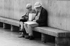 Lecture à l'abri (.urbanman.) Tags: trocadéro livre lecture couple anciens retraités repos pause promeneurs visiteurs duo