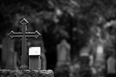 Kommen und Gehen (Px4u by Team Cu29) Tags: kreuz vogelhäuschen südfriedhof grabstein grabmal gedenken erinnerung andenken münchen altersüdfriedhof friedhof