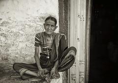 PATTADAKAL : PORTRAIT D'UNE VIEILLE FEMME (pierre.arnoldi) Tags: inde india photographequébécois photonb portraitdefemme portraitsderue photooriginale photoderue canon tamron