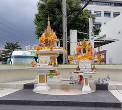 white shrine flowers ngamwongwan road bangkok thailand... (Photo: the foreign photographer - ฝรั่งถ่ on Flickr)