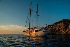 Sunset anchorage.... (Dafydd Penguin) Tags: sunset anchorage yacht superyacht yachting boat vessel traditional sailboat sail sailing bay sea water cala benirras ibiza island balearics spain coast coasting harbour anchor nikon df nikkor 20mm af f28d