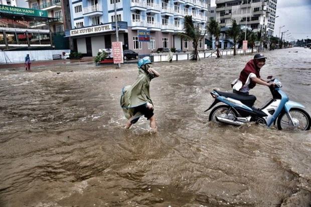 [ẢNH] Bão số 10 vào bờ: Bãi biển Sầm Sơn tan hoang trong sóng dữ - Ảnh 9.