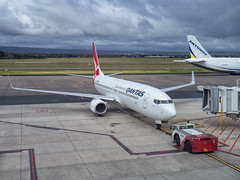 Qantas B737-800 VH-VZT (Anthony Kernich Photo) Tags: vhvzt b737800 qantasairways b737 boeing737 boeing airplane aircraft airplanepicture airplanephotograph airplanephoto adelaide adelaideairport plane aviation jet olympusem10 olympus olympusomd commercialaviation planespotting planespot 737800 aeroplane flight flying airline airliner kadl kpad adl airport raw boeing737800 737 oneworld qantas gate ramp taxi