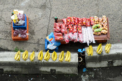 Street vendor @ San Miguelito, Panama (Mabelín Santos) Tags: streetvendor frutas fruit vendedor vendedordeverduras panama sanmiguelitopanama market streetmarket sanmiguelito plátanos tomate tomato onions ripebananas banana cambur guineo plátano panamacity