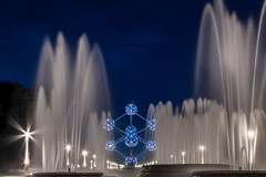 Atomium behind the fountain (hjuengst) Tags: atomium belgium belgien brüssel brussels fountain waterfountain bluehour night nightshot streetlight