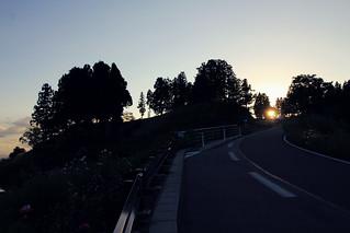 峠を越える日暮れ