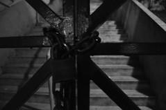 DSC_0059 (medeirosisabel16) Tags: guaratingueta etec school escola peb bw preto branco black white cadeado escada corrente padlock ladder current gateway portão