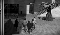 CINCO - FIVE (jpi-linfatiko) Tags: bnw bn bw blackandwhite blancoynegro blanconegro blackwhite urban urbano urbana nikon sigma1770 d5200 exterior calle street people personas 5 cinco five caminando walking