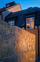Un accueil chaleureux/A warm welcome/Ett varmt välkommen (Elf-8) Tags: sweden gotland visby medieval wall house architecture sunset warm