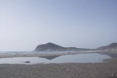 La Charka. (elojeador) Tags: genoveses playadelosgenoveses charco charca arena tierra montículo acantilado hombre surfista ola agua piedra reflejo lomosdesiempre elojeador