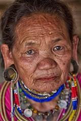 oltre lo sguardo (mat56.) Tags: persone people donna woman old vecchia sguardo look viso face espressione expression etnia ethnicity akha nord thailandia thailand asia ritratto ritratti portrait portraits monili jewelry antonio romei mat56