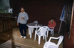 Norwegen 1998 (165) Gudvangen (Rüdiger Stehn) Tags: aurland dia slide analogfilm scan europa canoscan8800f norwegen norge norway nordeuropa skandinavien profanbau haus gebäude sognogfjordane bauwerk 1990er 1998 1990s reisefoto urlaub 35mm kbfilm analog diapositivfilm kleinbild hotel gudvangen motel contax137md menschen