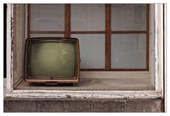 « Nous sommes en direct de la rue Gray... » (Jean-Marie Lison) Tags: x100t bruxelles ixelles ruegray vitrine télévision tv rétro reflet selfie vintage
