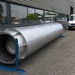 Deze geluiddemper van 7 meter lang is uit RVS plaatmateriaal gemaakt en is voorzien van 2 kernen
