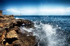 Rompiendo las olas (candi...) Tags: rocas pñas mar agua cielo nubes faro naturaleza nature sonya77 lametllademar airelibre