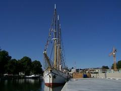 Grossherzogin Elisabeth i Norrtälje (tompa2) Tags: grossherzoginelisabeth fartyg segelfartyg båt skepp norrtälje uppland roslagen sverige sweden kran mast flaggspel vatten park byggarbetsplats stadspark hamn