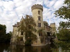 Fier, malgré tout. (Renaud49) Tags: chateau ruine abandonné incendie