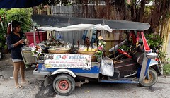 flower decorated tuk tuk used as fruit vending cart (the foreign photographer - ฝรั่งถ่) Tags: tuk sliced fruit vending cart ngamwongwan road bangkhen bangkok thailand samsung galaxy j7 phone cellpone