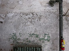Klamme Flammen / Damp Blaze (bartholmy) Tags: philadelphia pa fairmount easternstatepenitentiary gefägnis prison penitentiary wand putz bröckelputz abbröckeln plaster crumbling apeelingpaint blätterfarbe heizkörper radiator rohr pip wasserrohr waterpipe feuerlöscher fireextinguisher absperrung sperrrad absperrschieber stopvalve minimal minimalism minimalismus minimalistisch abstrakt abstract
