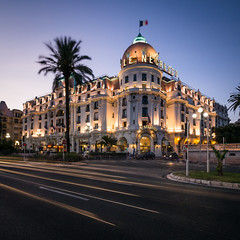 Hôtel Negresco - Promenade des anglais (jeff_006) Tags: cityscape paysage urbain street light hôtel hotel road route rue promenadedesanglais frenchriviera blue hour crepuscule twilight night urban traînée trail longexposure pauselongue palmier palm tree summer france city ville olympus panasonic omd em5 leica 818mm f284