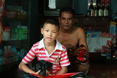 father, son, dog, crocodile (the foreign photographer - ฝรั่งถ่) Tags: father son black dog toy crocodile convenience store khlong thanon portraits bangkhen bangkok thailand canon kiss
