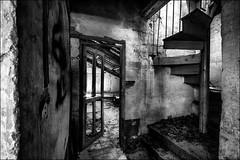 C'est rangé dans le grenier!! / It has been put in the attic!! (vedebe) Tags: abandonné maisonabandonnée decay urbain urbex ville city rue street noiretblanc netb nb bw monochrome escaliers