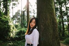 (Kevin .H) Tags: 台灣 台北 攝影 外拍 人像 雨傘 女孩 taiwan taipei girl photography canon 5d2 5dii 35mm 50mm film f14 f18 森林 樹木 光影 草地
