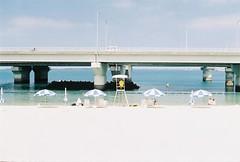 (Marc Liu/馬克/) Tags: olympus om1n film 日本 japan 沖繩 okinawa 沖縄 波上宮海灘 beach 那霸 naha ビーチ 陽傘 sunny
